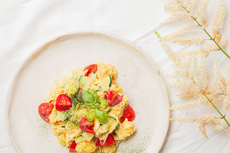 Recipe for scrambled eggs with courgette and spinach